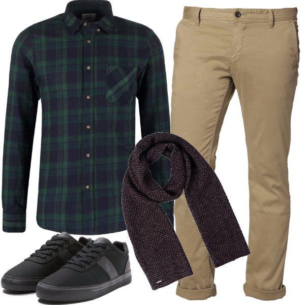 I pantaloni chino color beige si abbinano alla camicia a quadri, le scarpe sportive basse e griffate, a scaldarci la bella sciarpa. Perfetti e comodo tutto il giorno.