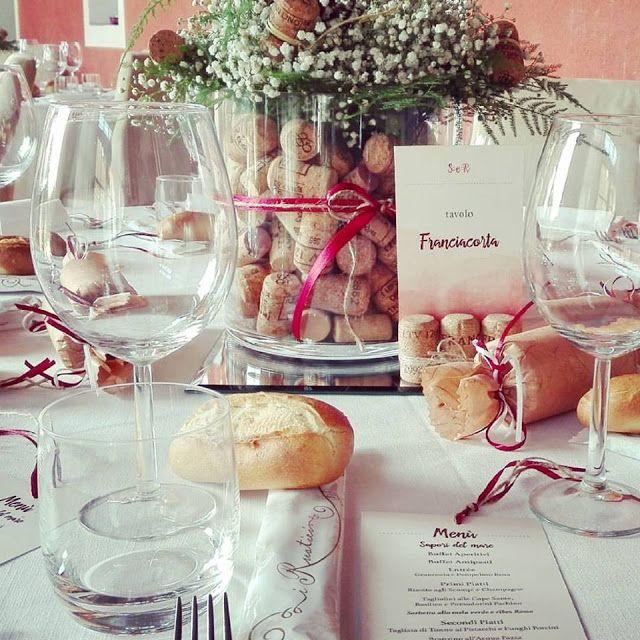 Centrotavola con tappi di sughero, segnatavolo e menù per un matrimonio a tema vino Alzate i calici per... Roberta&Simone!