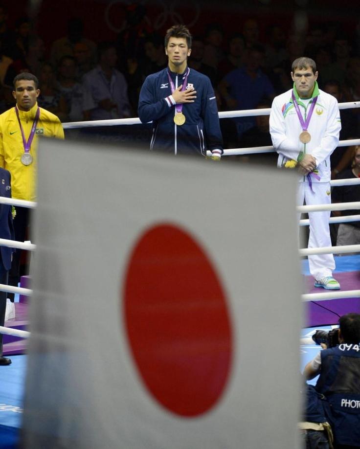 ボクシング男子ミドル級 日の丸見つめる村田諒太