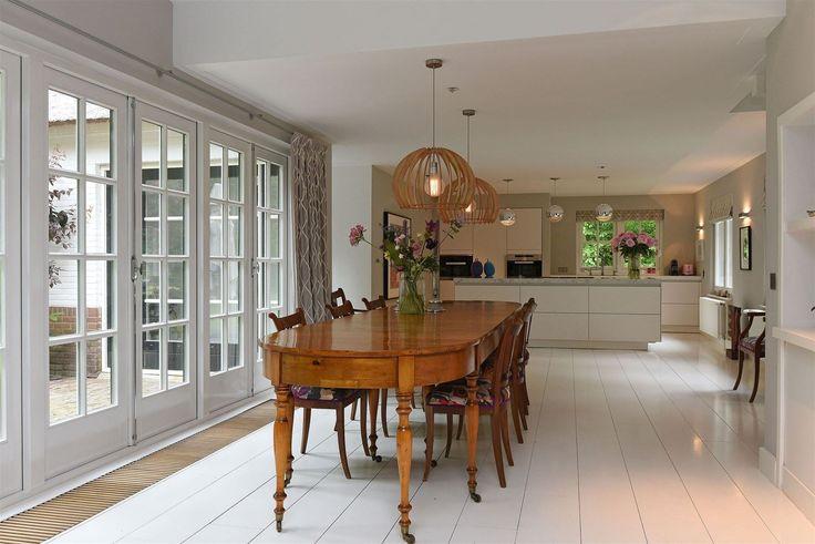 кухня лампы над столом французские двери выход на террасу