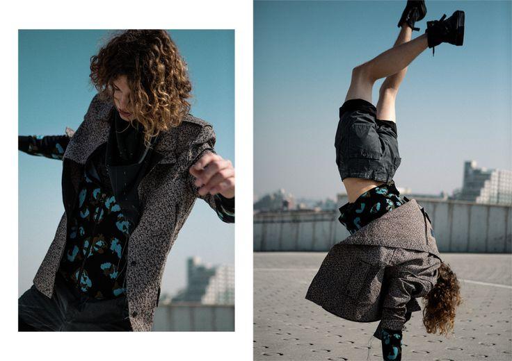 Lanvin (ランバン)<br /> エレガントかつセンシュアル、ワイルドでありながらモダン。Lucas Ossendrijver (ルカ・オッセンドライバー) の美的感覚を凝縮したレイヤールックは、玄人にこそ相応しい佇まい。 ジャケット ¥ 386,000、レオパード柄ニット ¥ 201,000、ショーツ ¥ 100,000、 アイレット装飾付きスカーフ ¥ 78,000、シューズ ¥ 125,000