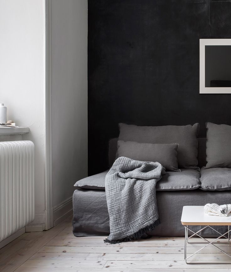 We teamed up with stylist Pella Hedeby to update an IKEA Söderhamn sofa with a Bemz Loose Fit Urban cover in Medium Grey Rosendal Pure washed linen | minimal nordic style home decor with a black statement wall | Stylist Pella Hedeby, photographer: Sara Medina Lind