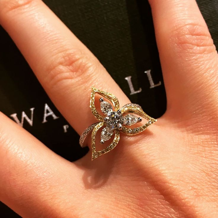 A special creation for one of our customer from the collection Fleur du Pacifique (Pacific's flower) with yellow diamonds and diamonds #diamonds #yellowdiamond #waskoll #paris #special #creation #flower #pacific
