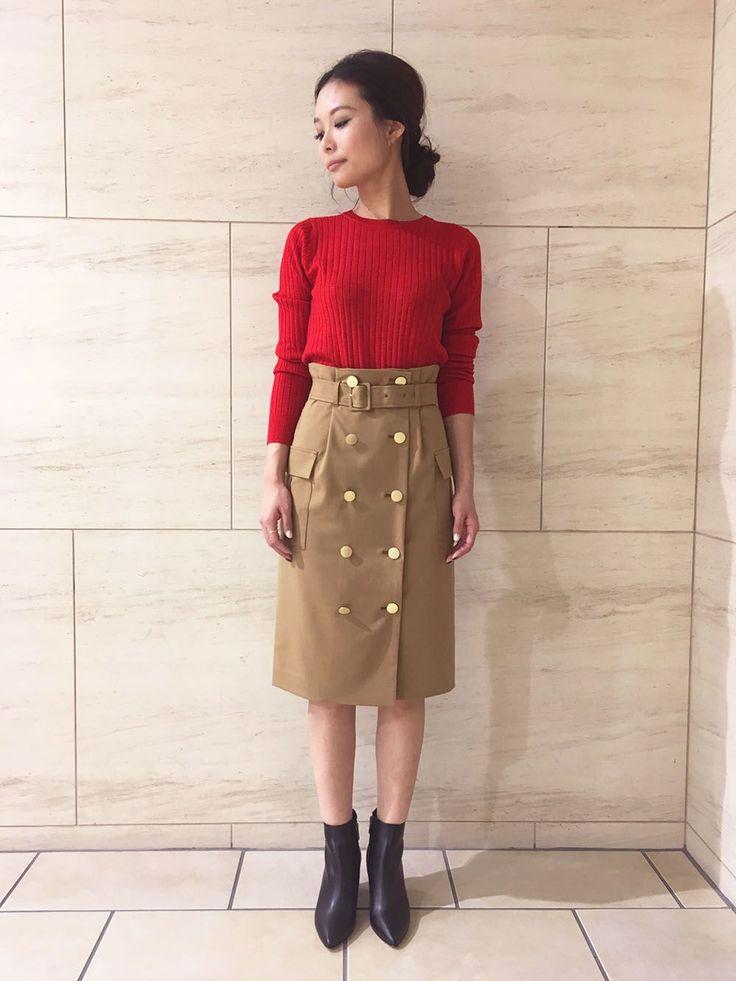 秋のフレンチスタイル スタイルアップが叶うハイウエストのスカートにすっきり見えるリブニットをオン!ゴールドボタンが並ぶトレンチディテールやポイントとなるレッドカラーが、着こなしを新鮮に映し出してくれます♪