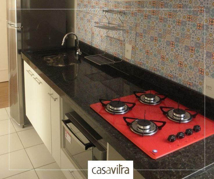 Armários claros, pedra escura. O cooktop vermelho faz a diferença nessa cozinha, você não acha? Amamos!