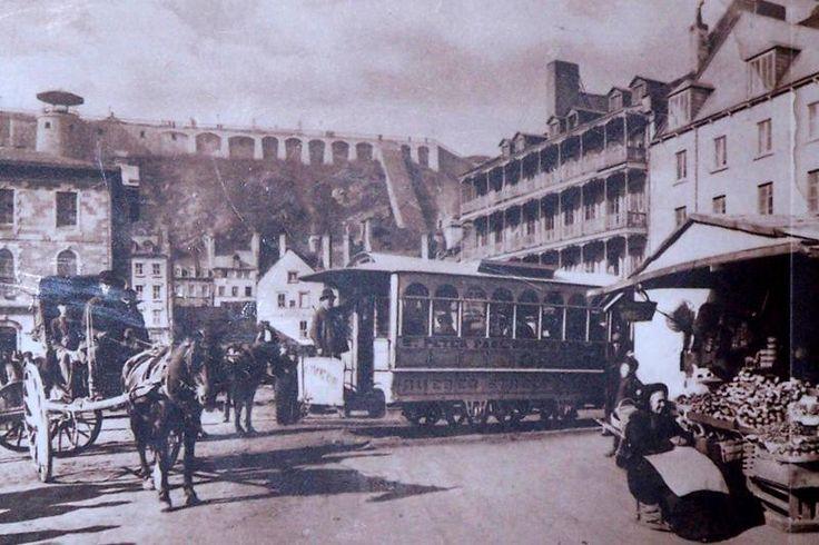 À Place Royale-Au pied de la Terrasse Dufferin (vers 1890) Le funiculaire et les fortifications de Québec