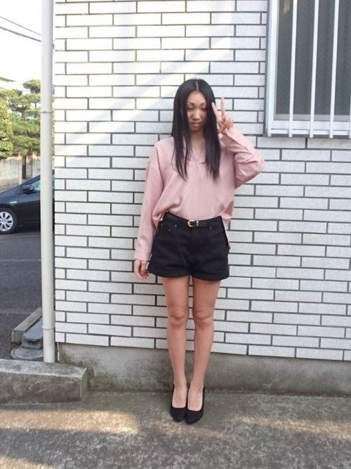 ✨INGNI…トレンチコートこーで✨ ピンクシャツ×黒ショーパンを、あわせて✨ この、ピンクシャツ…