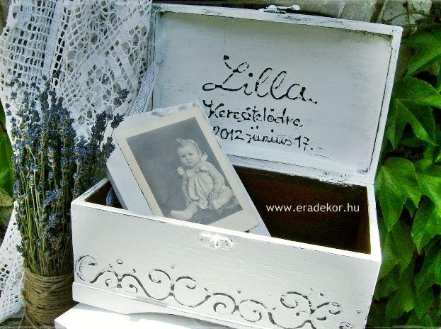 Provencei-i antikolt festett keresztelő doboz névvel, dátummal. Fotó azonosító: KERDOB01
