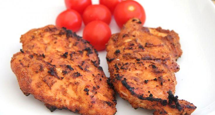 Marynowana pierś kurczaka z grilla - przepis: Marynaty suche (po angielsku DRY RUB) stosuje się przeważnie do mięs przygotowywanych specjalnie na barbecue, natomiast jeżeli ktoś zechce tylko upiec mięso na grillu, również uzna ten przepis za przyjemny. Przygotowanie piersi z kurczaka jest bardzo proste, a ich smak jest genialny! :) Możemy eksperymentować z suchymi marynatami, ale oto podaję Ci jeden z tych lepszych przepisów! ;)