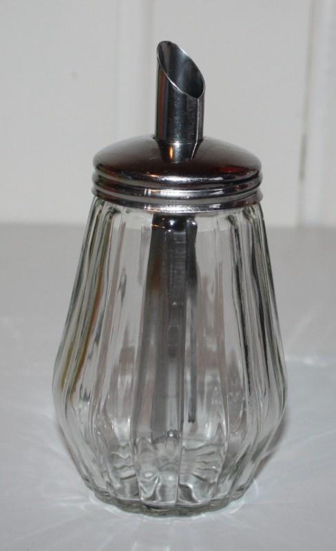 Glazen suikerstrooier van vroeger! Het ziet er zo simpel uit, maar als hij pas gevuld was, dan was het nog een hèle toer om de suiker eruit te krijgen......