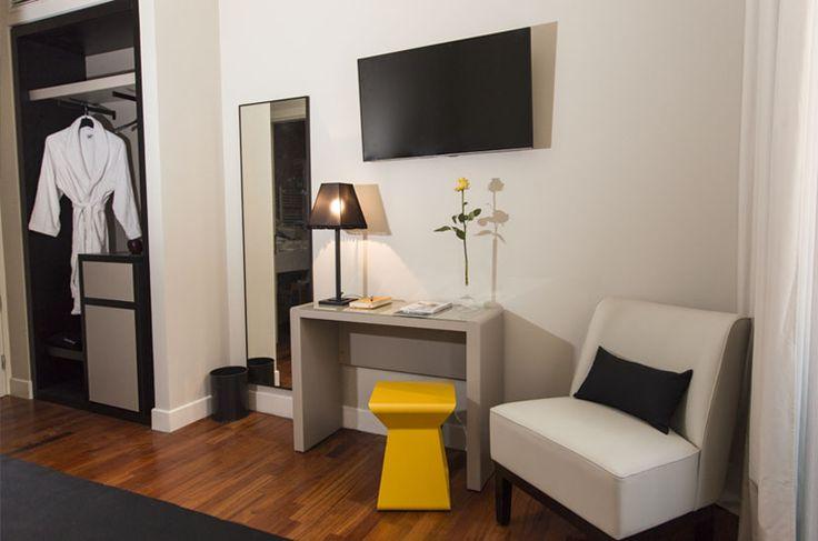 Una selezione di mobili di pregio per tutte le stanze, tessuti di lusso e attenzione ai dettagli vi accoglieranno in un caldo abbraccio e vi trasmetteranno la generale sensazione di armonia.
