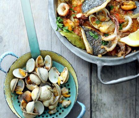 Wel zin in vis, maar niet in gedoe? Maak zarzuela, het zusje van paella. Echt een gerecht voor visliefhebbers en perfect om te delen. Geef er veel goed brood bij, want de saus dipt heerlijk weg. zarzuela hoofdgerecht | 4 personen 500 g mosselen 500 g kokkels of venusschelpen 50 ml sherry 50 ml brandy … (Lees verder…)