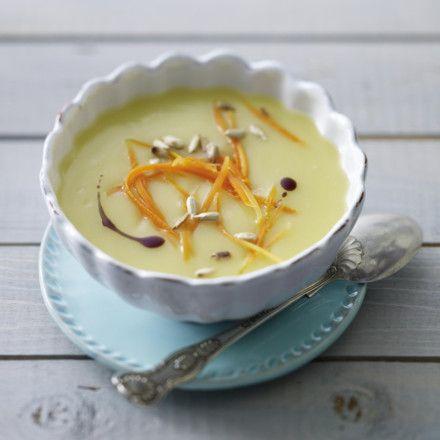 Kartoffelsuppe mit Möhrenstreifen, Sonnenblumenkernen und Kürbiskernöl Rezept   LECKER