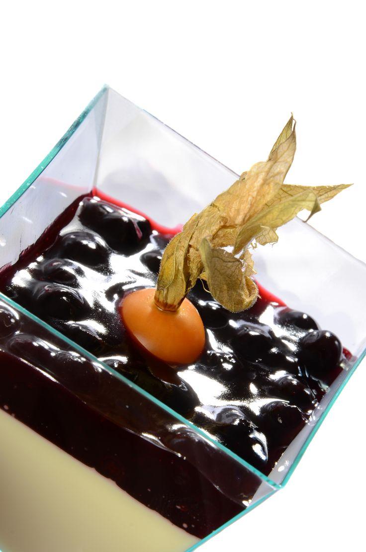 Panna cotta borůvková Originální lehký italský dezert z vařené smetany s vanilkou a borůvkami.