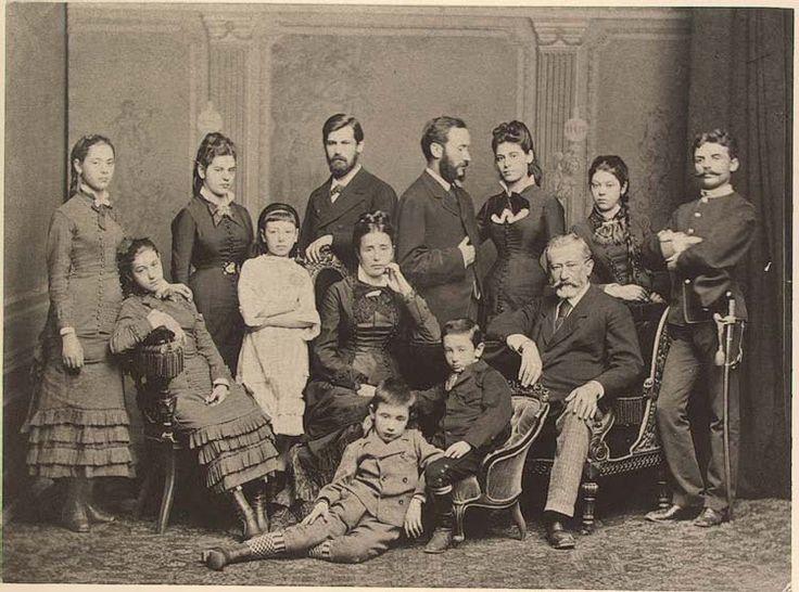 La famiglia di Jacob Freud, altrimenti noto come il Padre dell'Orda Primordiale, da qualche parte verso il 1878. Dio, quant'era bella Pauline Freud (la prima da sinistra: e se n'era accorto anche il fratello, come l'autoanalisi avrebbe impietosamente denunciato).
