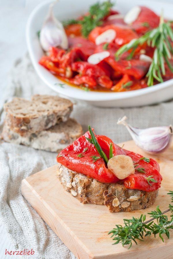 Gegrillte Paprika, eingelegt in einer raffinierten Marinade aus Olivenöl und Balsamico dürfen auf meinem Tisch im Sommer nicht fehlen! Ganz wichtig im Rezept sindder Knoblauch und die frischen Krä…