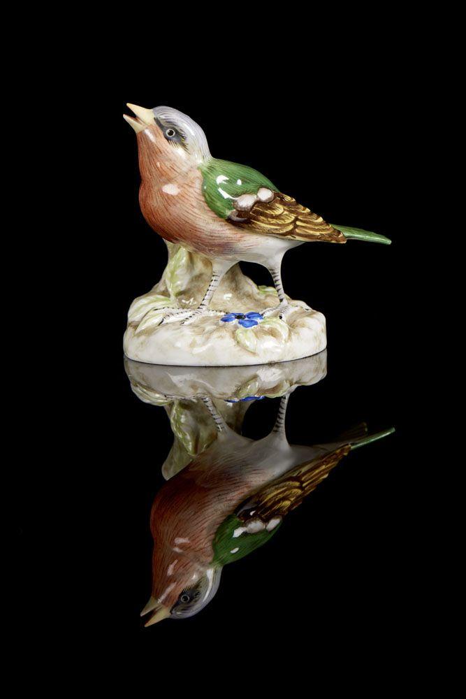 Pássaro, escultura em porcelana da Vista Alegre. Decoração policromada. Marca nº 32 (1947-1968).