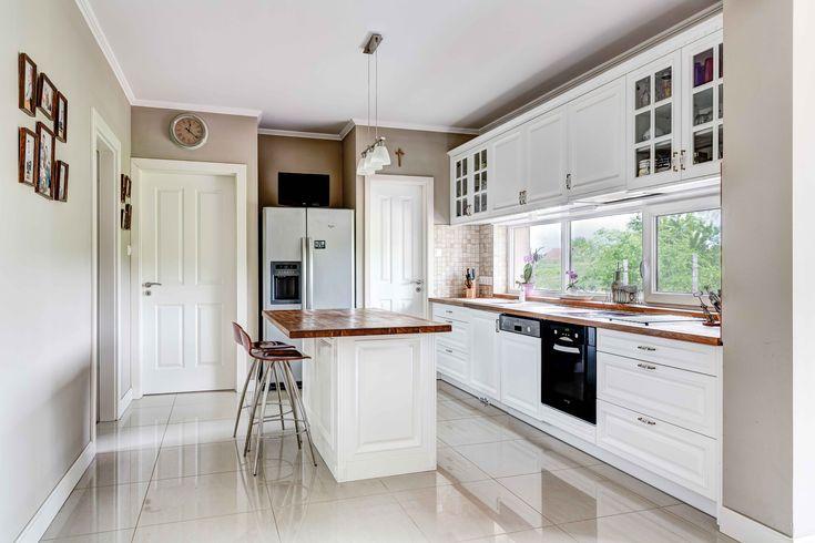 Mélyített marású festett ajtókkal készülő konyhabútor választható színnel és felülettel. A képen az elefántcsont színű látható, díszitett pillérekkel és fogazott duplungolt