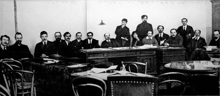 Lenin preside el Consejo de Comisarios del Pueblo (Sovnarkom, gobierno soviético) tras el triunfo de la Revolución Socialista de Octubre. Visto en twitter por Comisión de Octubre.