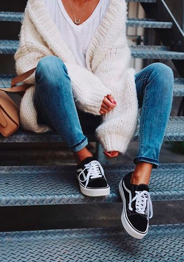 Look de inverno com jeans, t-shirt banca, tricot aberto e vans.