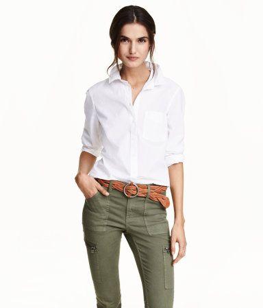 フィット感のある長袖シャツ。ウォッシュ加工のコットン素材。ターンダウンカラー。片胸ポケット付き。裾はラウンドカット。