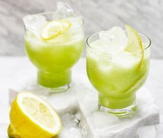 Den här goda törstsläckaren gör du av gurka, citron, vatten, is och lite socker. Häll upp i ett stort glas, garnera med citronskivor och njut! För extra smak, ha även i mynta.