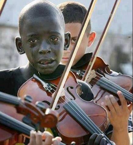 Niño toca el violín en el funeral de su maestro, el mismo que le ayudó a escapar de la pobreza y la violencia a través de la música.