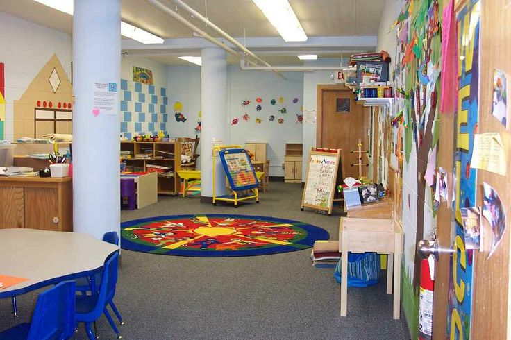 Playgroup room designs for brainy child: Imaginative playgroup room design with round carpet
