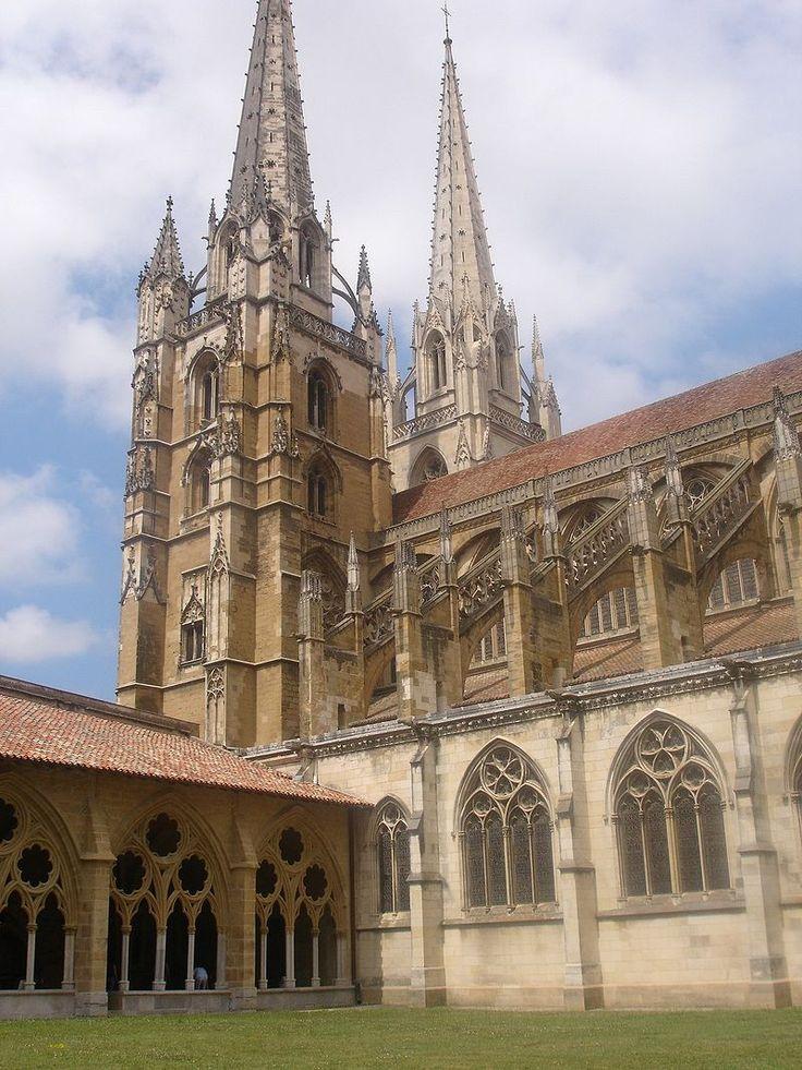 La cathédrale Sainte-Marie ou Notre-Dame de Bayonne est une cathédrale catholique romaine située dans le département des Pyrénées-Atlantiques (sud-ouest de la France) . Elle a été inscrite sur la liste du patrimoine mondial en 1998 dans le cadre des chemins de Saint-Jacques-de-Compostelle en France (voie de Soulac).