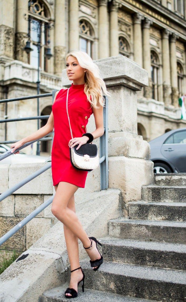 Piros ruha arany gombokkal.