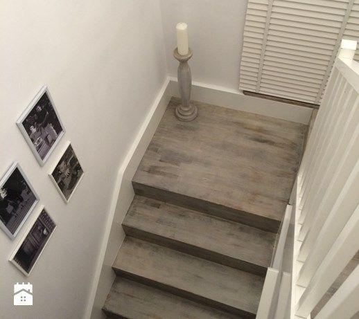 Aranżacje wnętrz - Schody: Szare drewniane schody i białe ściany ze sztukaterią. - Kobieta po czterdziestce. Przeglądaj, dodawaj i zapisuj najlepsze zdjęcia, pomysły i inspiracje designerskie. W bazie mamy już prawie milion fotografii!
