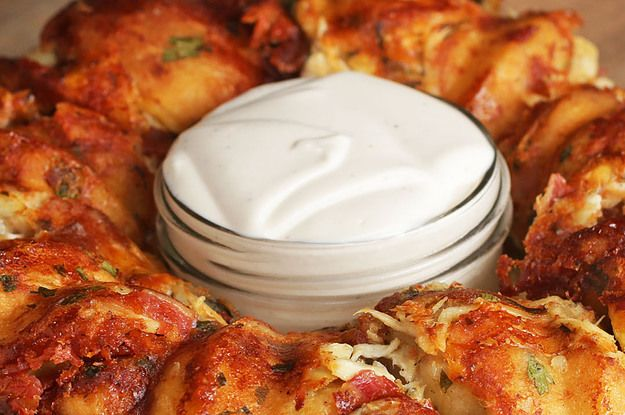 You Can't Argue That This Chicken Alfredo Garlic Knot Ring Gives You Feelings