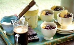 Receita de affogato do Jamie Oliver: café, sorvete de baunilha (creme), chocolate, cereja e biscoito amanteigado.