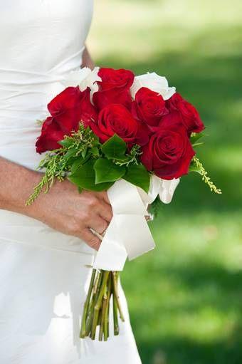 bruidsboeket: klein-rood-wit-biedermeier