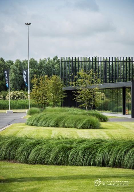 Nice Aangelegde Tuinen Door Tuinonderneming Monbaliu   Bedrijfstuin Die Een  Landschap Vormt Rond Modern Bedrijfsgebouw