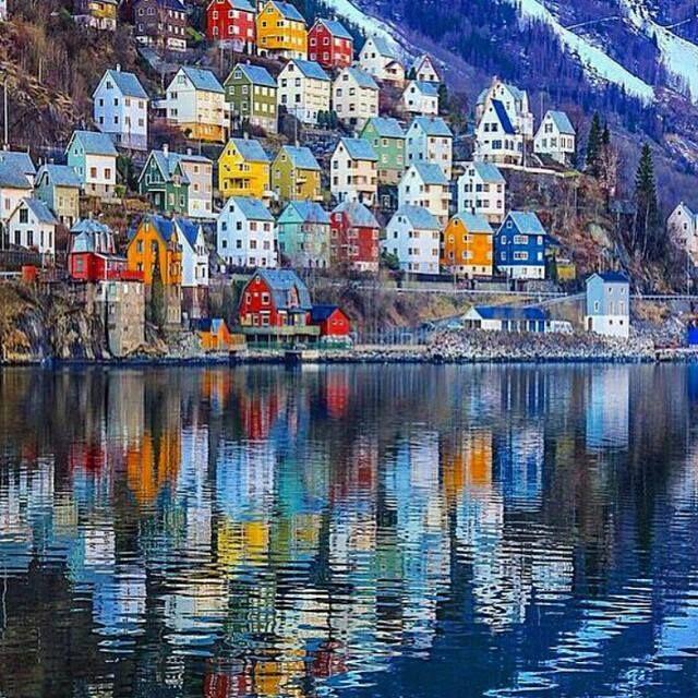Odda, bunte Stadt am Fjord.