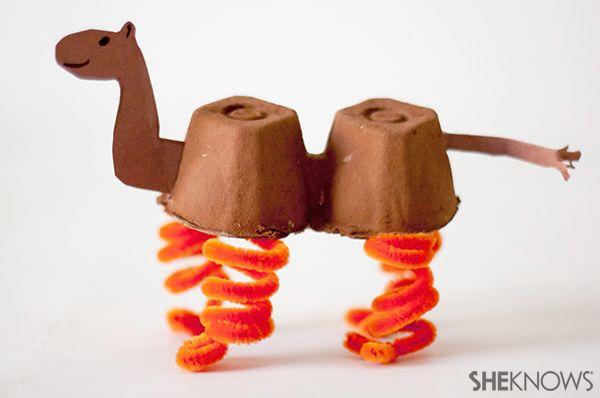 Camello con carton de caja de huevos