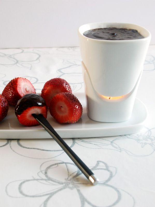 Chokoladefondue med jordbær - Opskrift fra Bageglad.dk