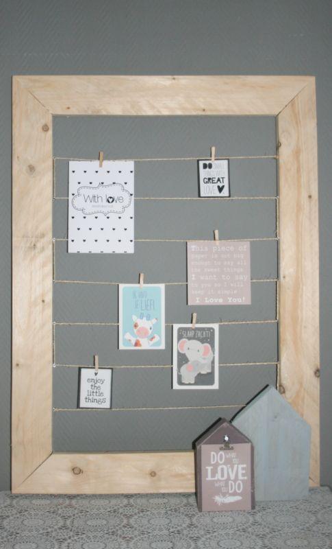 We hebben vast allemaal wel een muurtje waar we wat mee willen. Een kast past niet, een leuk schilderij kunnen we niet vinden. Dit is werkelijk een fantastisch idee en op vele manieren te gebruiken.   Een lijst gemaakt van steigerhout, met tussengespannen touw.