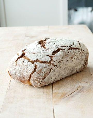 Bag surdejsbrød med masser af tid og kærlighed og nyd brød med en sprød skorpe og en saftig krumme.
