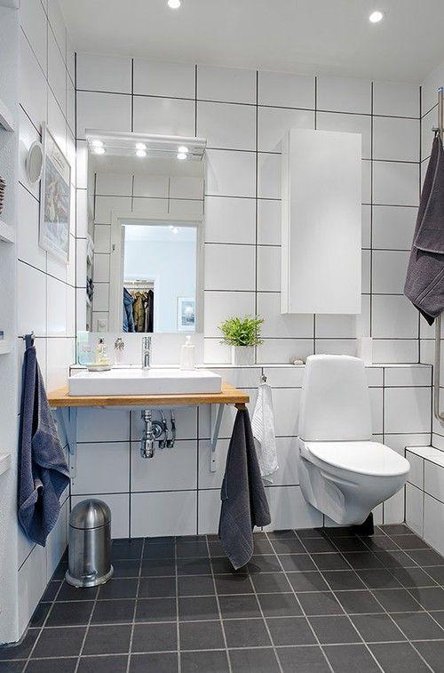 Även här har vi Ifö Sign! En väldigt bra och populär toalett! Jag tippar att spegeln är från Ifö den med. Tvättställslösningen är väldigt fin och bryter av. Jag hade gärna sett en större spegel- hela väggen! Ovanför den en hylla alternativt liggande skåp för  förvaring och spottar. Väldig massa handdukar de har :)