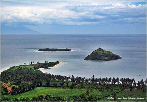 elaq-elaq beach, sekotong - Dari atas spot ini, kita dapat menyaksikan pantai elaq-elaq di kejauhan. Elaq-elaq sendiri dalam bahasa Sasak berarti lidah, yang menjulur menghadap ke Gili Genting. Siluet Gunung Agung di Bali pun dapat terlihat dari bukit ini. Indah!