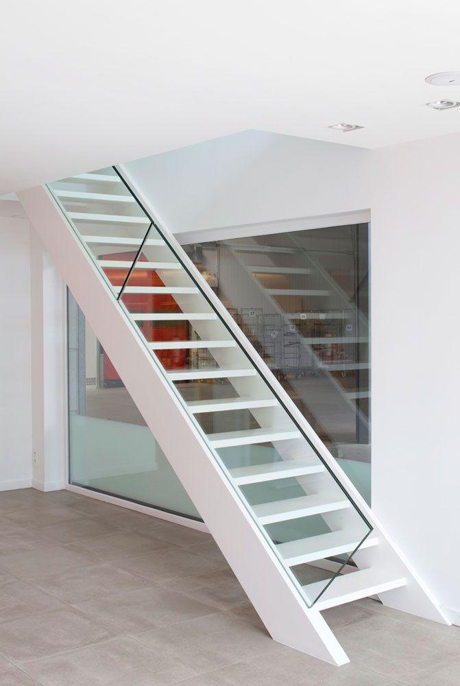 Meer dan 1000 idee n over hout trapleuningen op pinterest leuningen trapleuningen en trap - Moderne houten trap ...