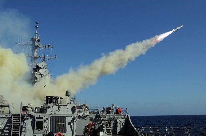 ABD'nin Akdeniz'de bulunan askeri gemileri Suriye topraklarında yer alan hava üssüyle füze atıyor. Söz konusu darbelerin Amerika'nın iddiasına göre Suriye ordusunun İdlib'de kimyasal silah kullanmasına cevap olarak indirildiği bildirildi.