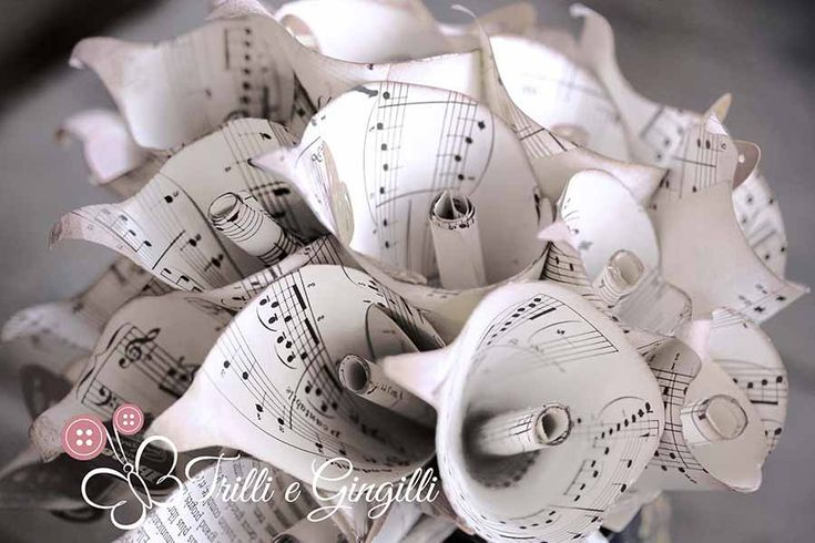 Bouquet a tema musica con calle di carta. Alternative bouquet with paper flowers for music theme wedding. #bouquet #wedding