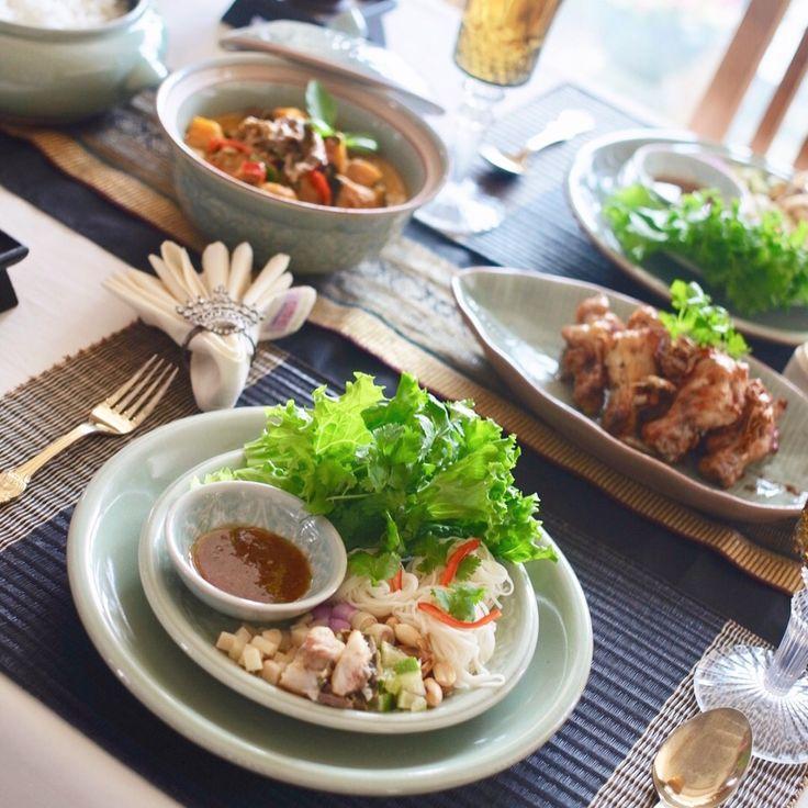 タイ料理教室SIRI KITCHEN :今日の中級本格タイ料理教室🇹🇭😍ペーストから作る#レッドカレー 、アジとハーブのサラダ🌿、にんにくと胡椒の手羽元揚げを作りました🎶生のハーブや野菜をいっぱい食べられるメニューなので、生徒さんたちに喜んでいただきました🙏😘✨ . . คลาสสอนทำอาหารชั้นกลางวันนี้ค่ะ #เมี่ยงปลาทู #แกงเผ็ด #ไก่ทอดกระเทียม  . . #タイ料理 #タイ料理教室 #タイ料理大好き #タイ料理レッスン #料理教室 #料理教室東京 #エスニック料理 #アジア料理 #美味しい #ヘルシー #ハーブ #テーブルコーディネート #セラドン焼き #フードコーディネーター #おうちごはん #ランチ #夕食 #おもてなし料理 #sirikitchen #foodstyling #redcurry #spice  #thaifood #cooking #cookingclass #greensalad