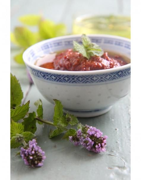 Harissa on tulinen punainen tahna, joka on hyvin suosittu tunisialaisessa, marokkolaisessa ja algerialaisessa keittiössä.