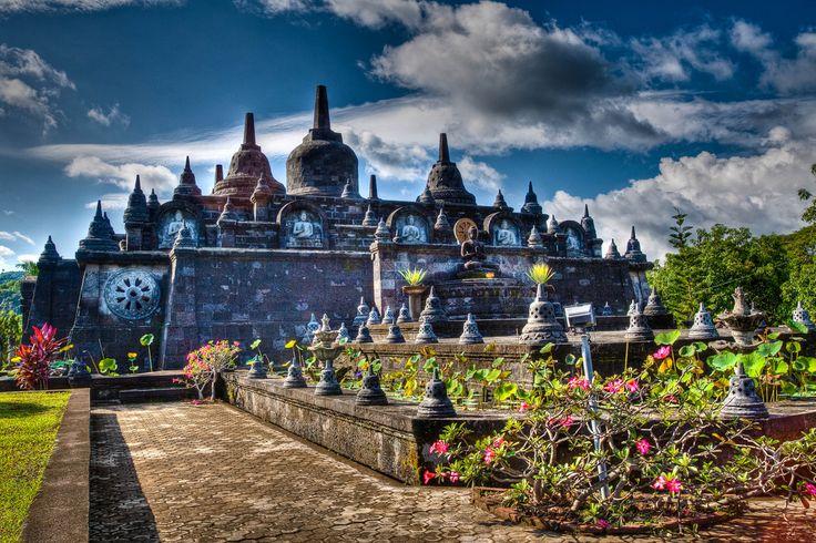 На севере Бали есть необычный буддийский храм, похожий на знаменитый яванский Боробудур. Называется он Брахмавихара-Арама (Brahmavihara Arama), а находится рядом с городом Сингараджа.  Брахмавихара Арама - это крупнейший буддийский храм на острове. Он был построен в 1969 году, а полноценно функционировать начал с 1973 года. Комплекс зданий выдержан в традиционном буддийском стиле: оранжевые крыши, яркий и разнообразный декор помещений, золотые статуи Будды, много зелени и цветов. Неуловимое…