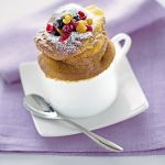 Scopri su Sale&Pepe la ricetta di un dessert cremoso e buonissimo: il soufflé di ricotta con l'uvetta, aromatizzato con frutta candita e cannella.