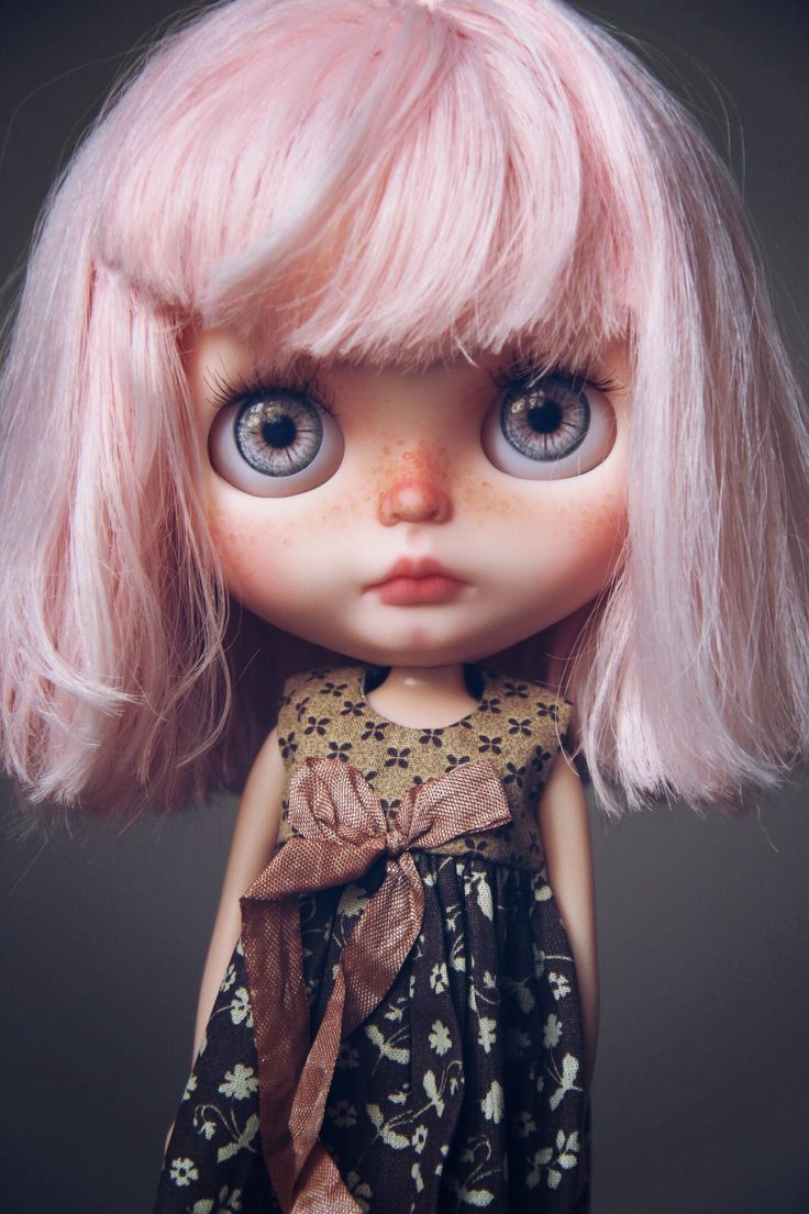 What a cutie! Custom Blythe Doll with such a pretty pink reroot. ♡